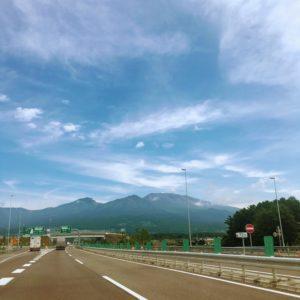 高速道路からみた山