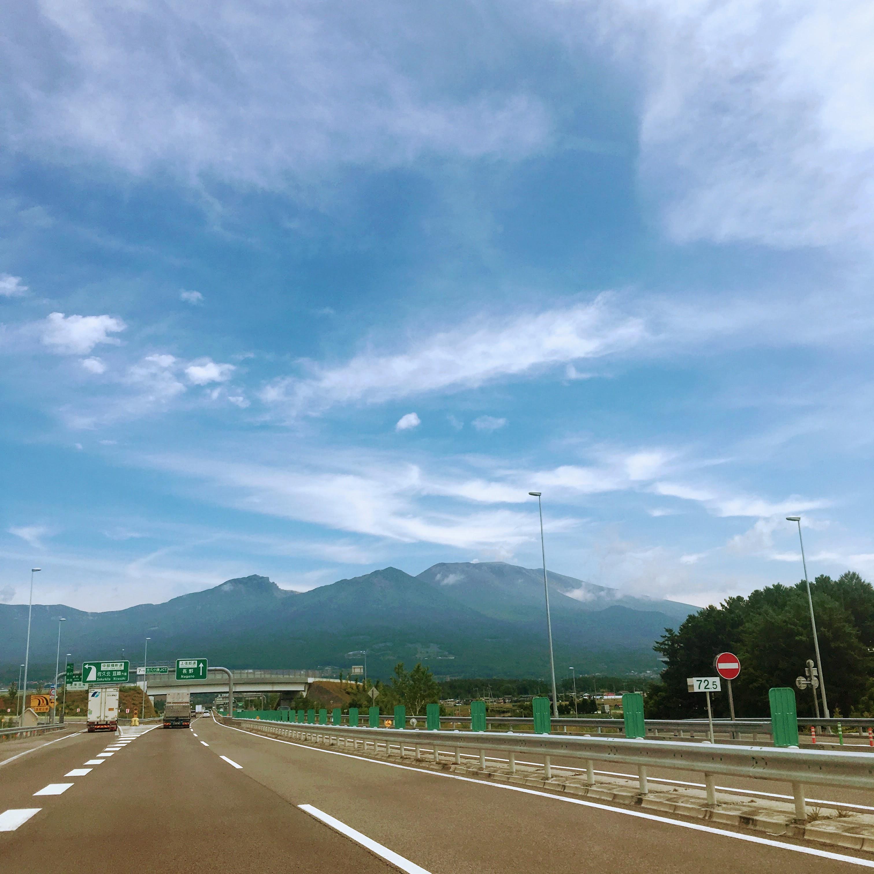 高速道路から見た山