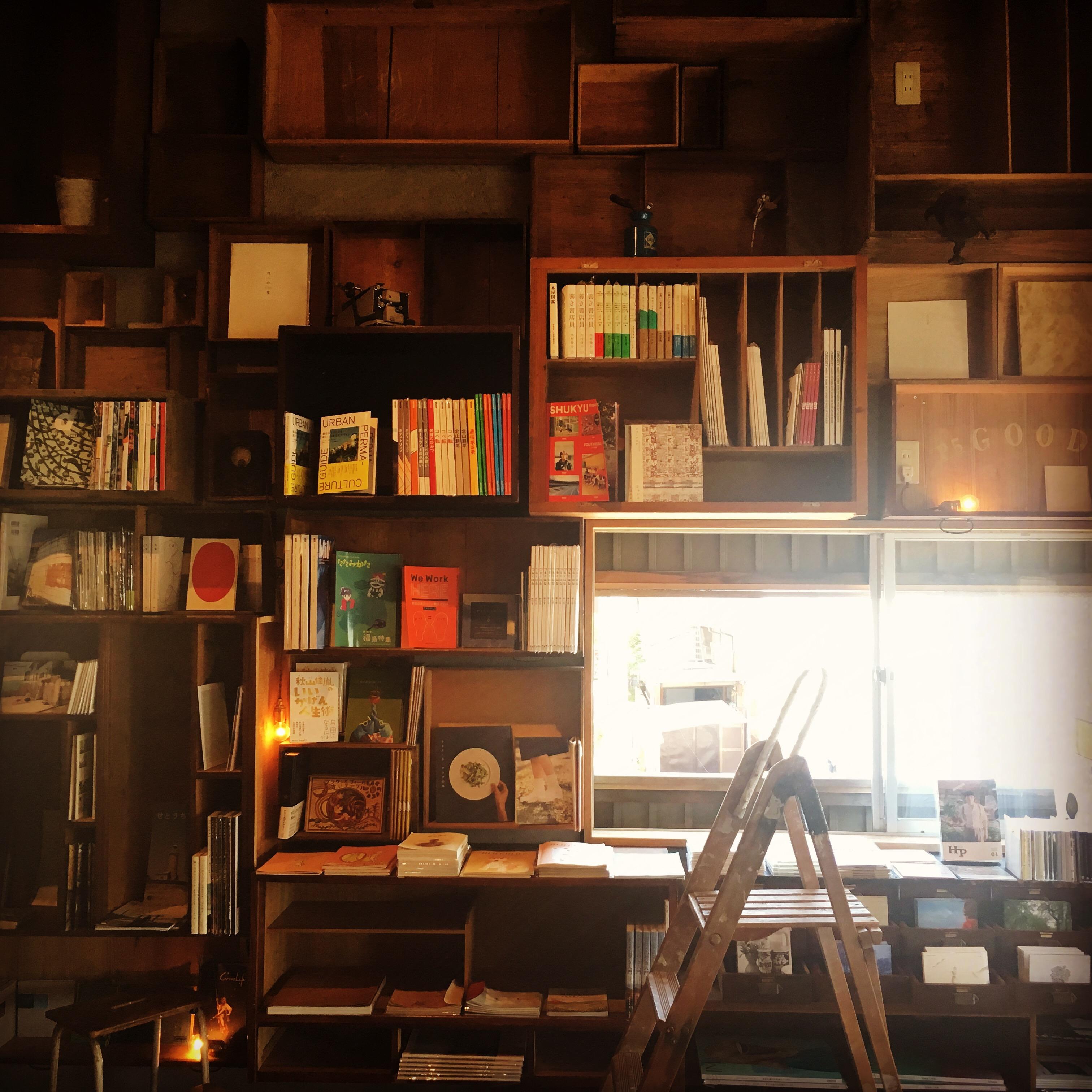 松本のブックカフェ栞日の風景