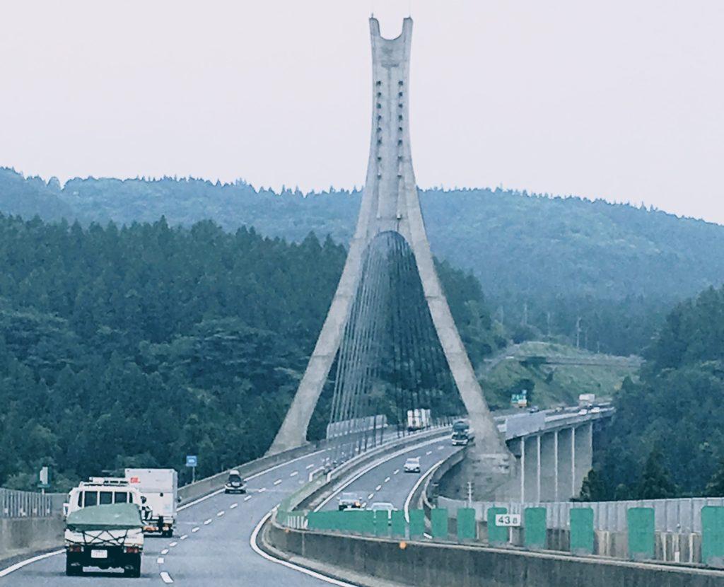 借りた車で運転する高速道路