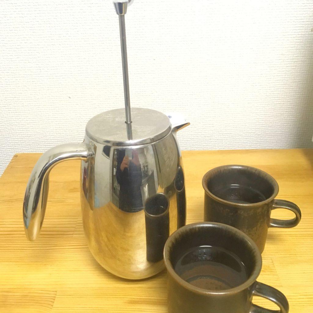 コーヒープレスとコーヒーカップ