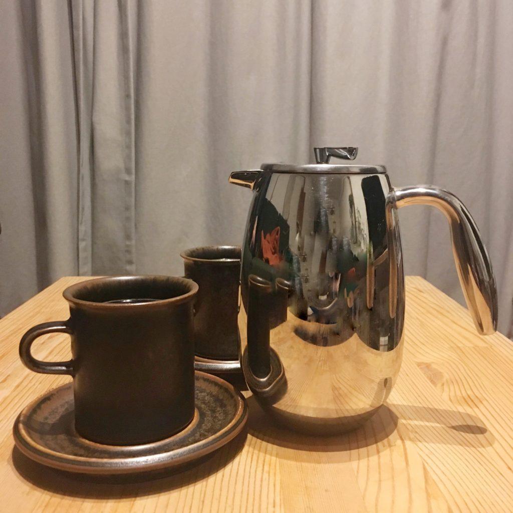 コーヒーカップとコーヒープレス