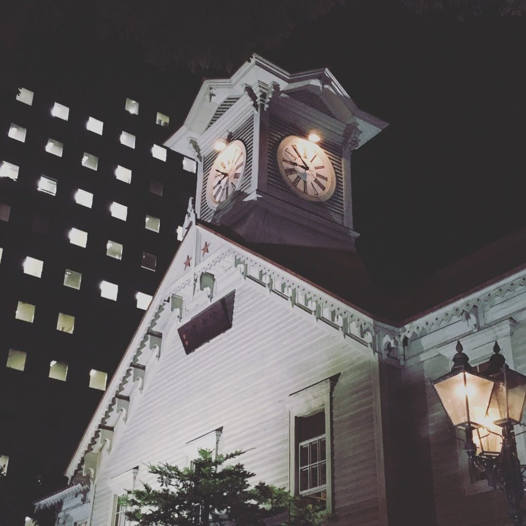 時計台とビル
