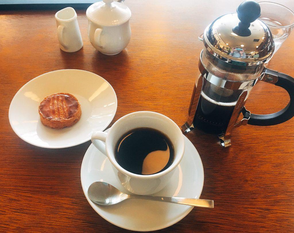 フレンチプレスコーヒーとガレット