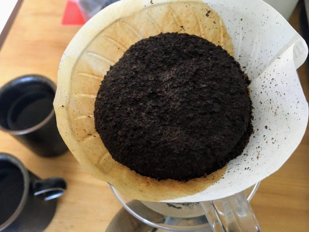 ドリップ中のコーヒー豆