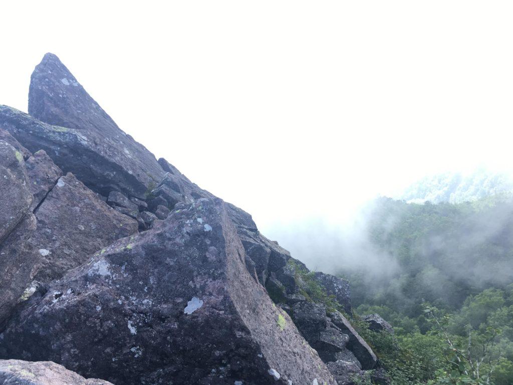 にゅう山頂の岩