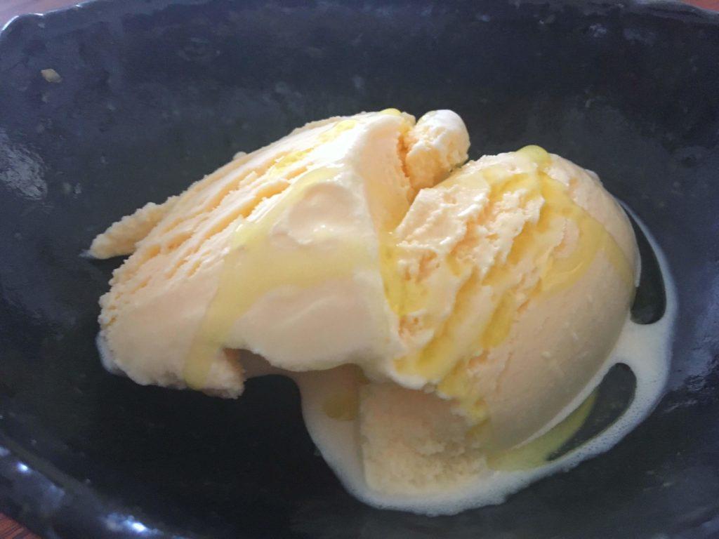 アイスクリームにオリーブオイルをかける