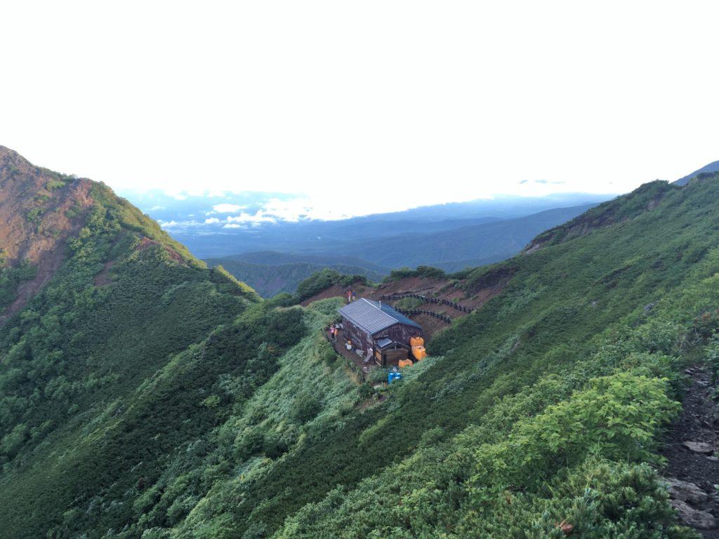 谷の際に建つ権現小屋