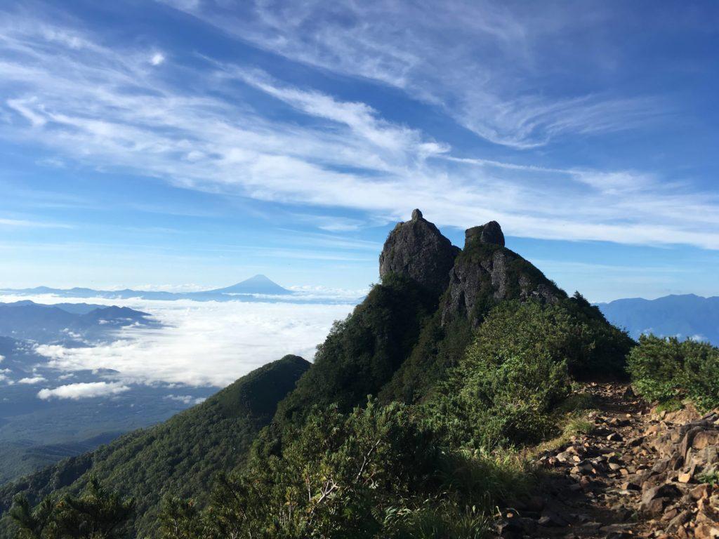 朝の権現岳と富士山