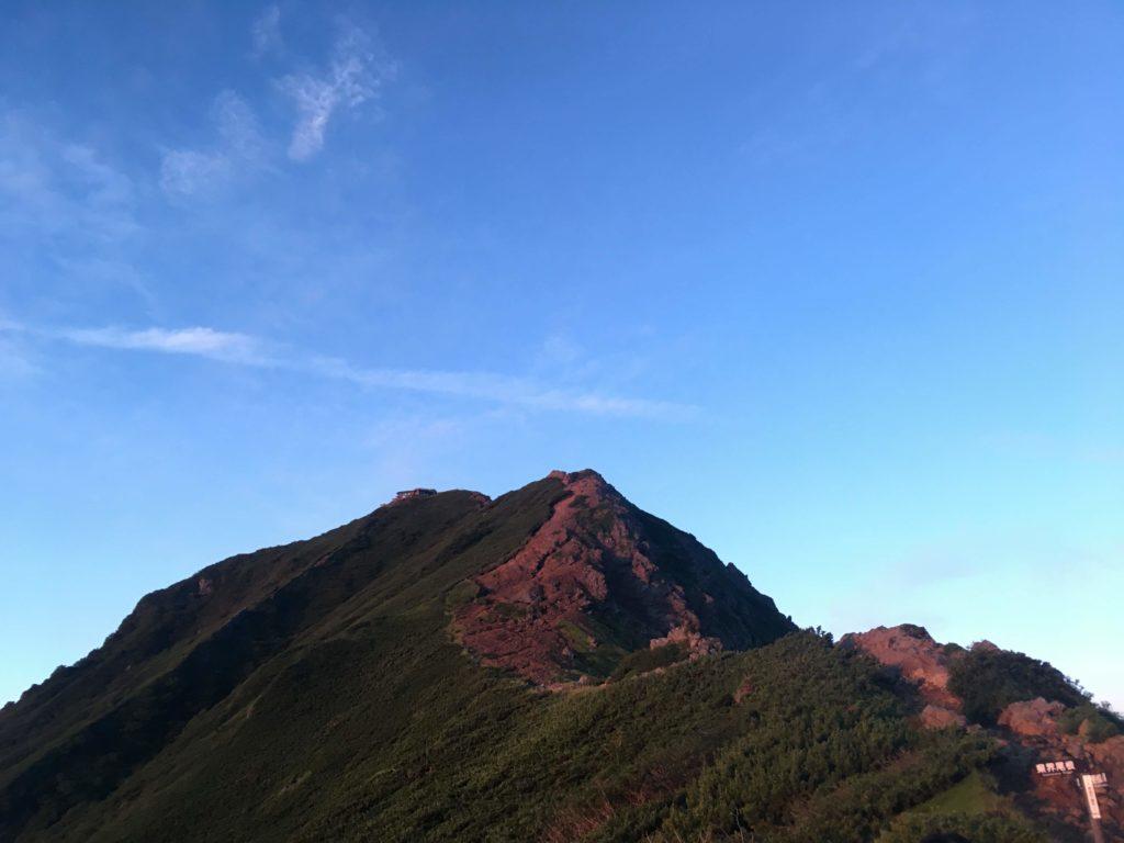 赤岳朝日に照らされる
