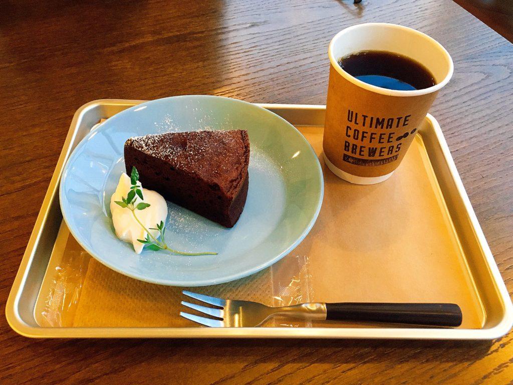 アルティメットコーヒーのガトーショコラとコーヒー