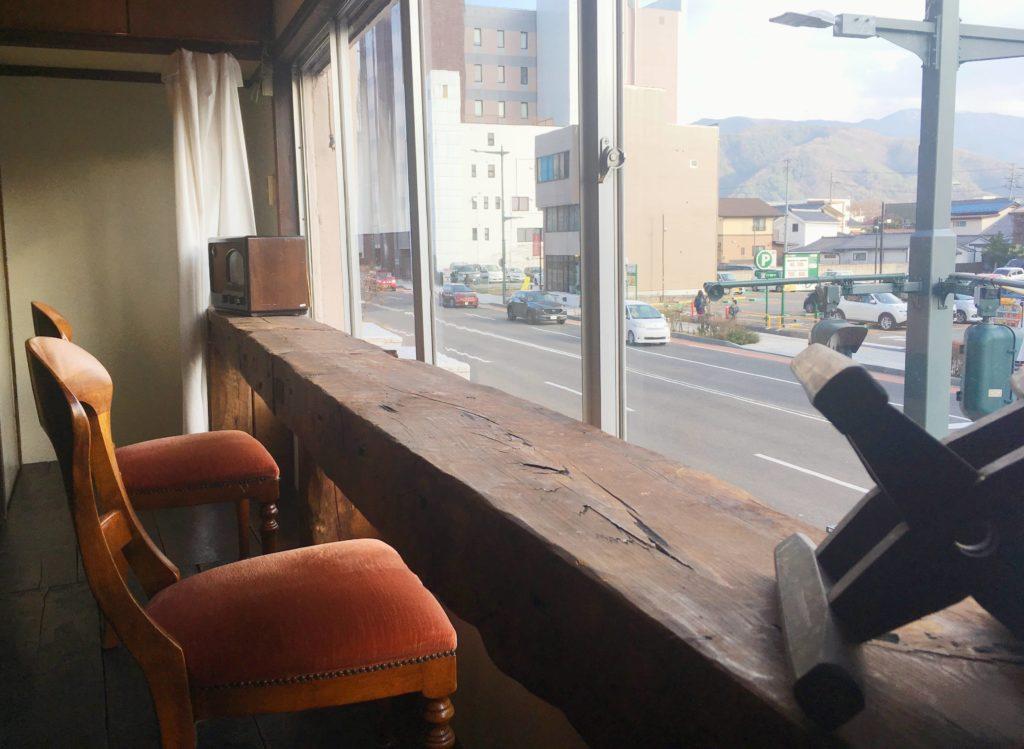 松本カフェBENCH2階の窓際席