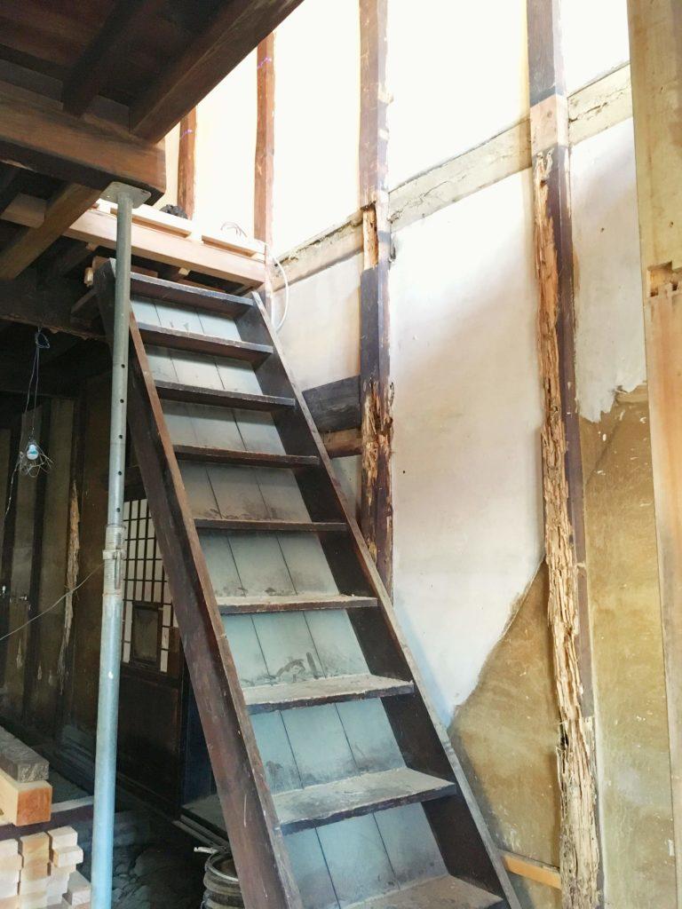 松本Listのリノベーション前の階段