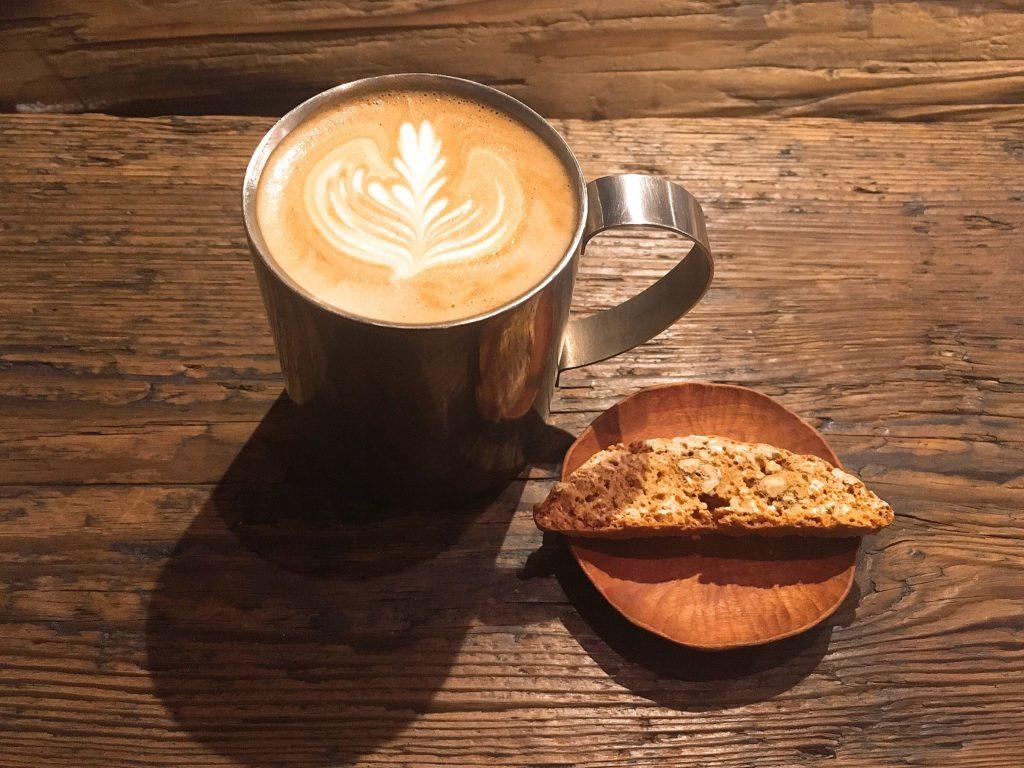 pegのカフェラテとビスコッティ