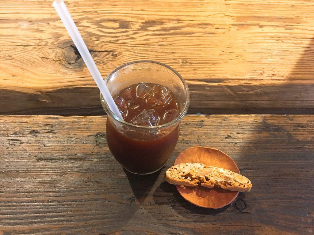 pegのアイスコーヒーとビスコッティ