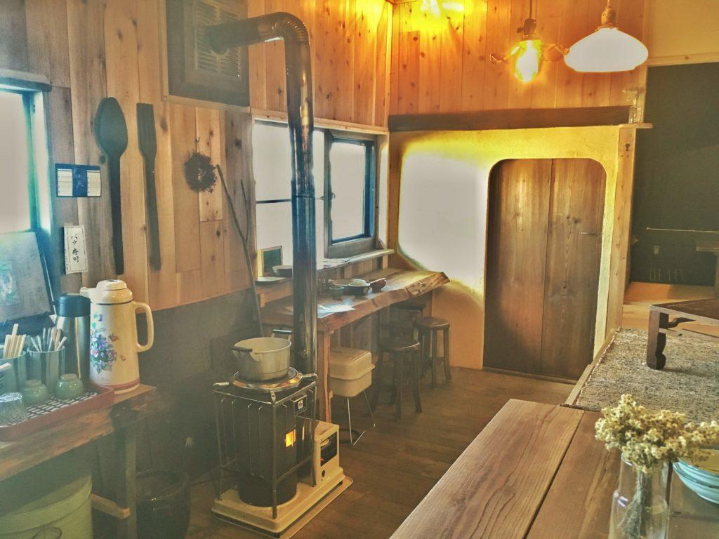 三代食堂の暖炉と店内