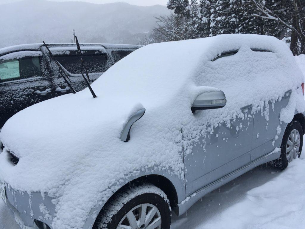 スキー場で車に雪が積もった様子