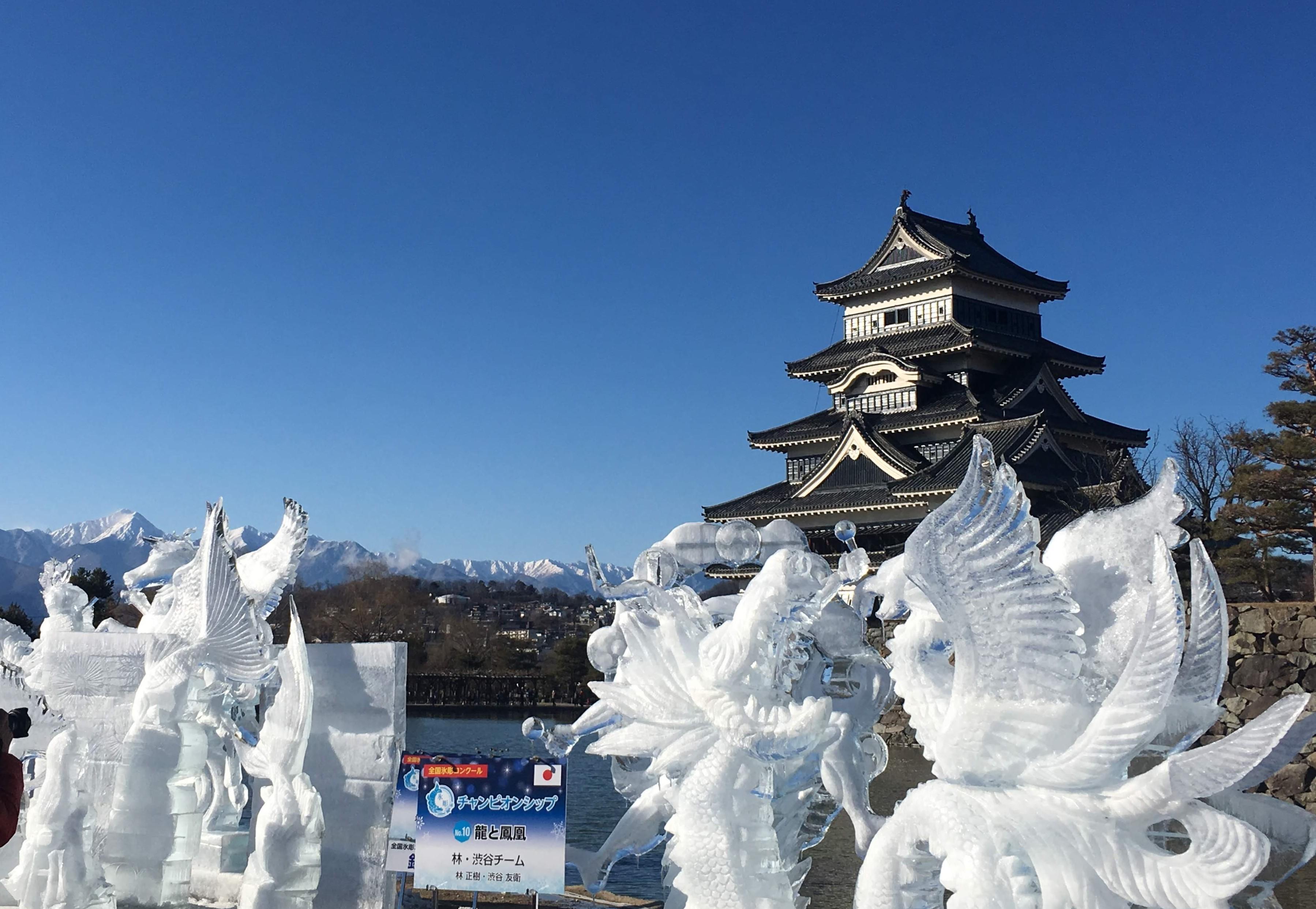 松本城の冬 氷の彫刻